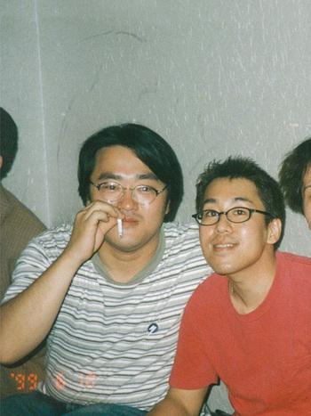 若かりし平井さん(左)、創立メンバーで現在は専務取締役の平山侑嗣さん(右) (写真提供:scope)
