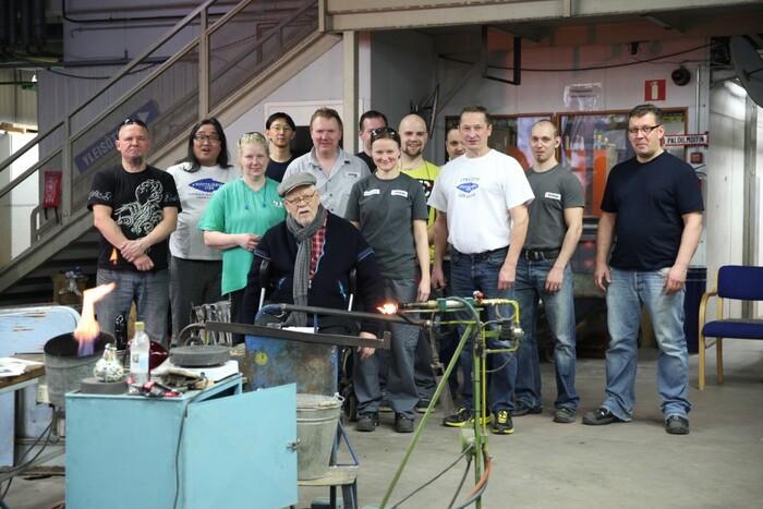 スコープオリジナルバード「KYHJYU(キューヒュー)」の試作舞台裏。ヌータヤルヴィガラス工場でオイバ氏を囲んで(写真提供:scope)