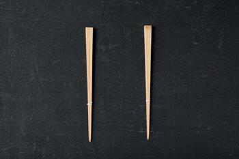 シンプルに竹の素材感を味わえるお箸です。細身で無塗装の竹箸は、手に取ると繊細で軽やか。先端は細く出来ているので、細かな操作も快適です。