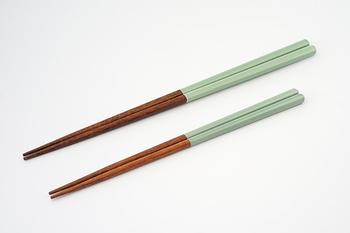 益子焼の伝統釉薬の色合いをモチーフにしたお箸です。艶やかな青磁色は食卓に華を添えてくれそう。