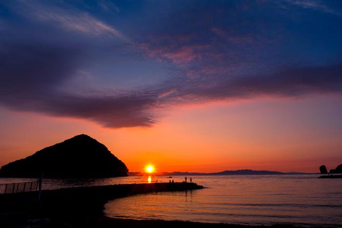 """「浅虫(あさむし)」は、青森市の北、夏泊半島の付け根、むつ湾に面した風光明媚な景勝地。 平安期から開かれたと伝わる温泉も有名で、東北の""""熱海""""と呼ばれるように、海岸沿いには温泉宿が並び、夏は海水浴客で賑わいます。水族館、森林公園などもあり、自然豊かな避暑地、観光地として人気のスポットです。  【浅虫の海水浴場「サンセットビーチあさむし」は、その名の通り夕陽の名所。(7月初旬の午後7時頃撮影)】"""