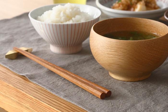 縁起のいい八角箸は、手にも持ちやすく転がりずらいのもメリットです。木の質感そのままに味わえるから、他の普段着の食器たちとの相性も◎。山桜、黒檀、鉄木の3種類です。