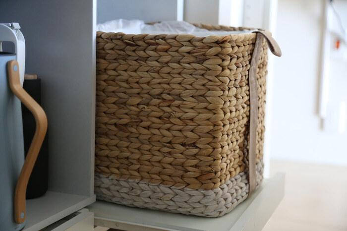 ゴミ箱は生活感が出やすいアイテム。バスケットをゴミ箱代わりにアレンジしましょう。セリアのプラダンをお好きなバスケットのサイズに合わせてカッターで切り込みを入れ、折り曲げてボックスを作ればOK。あとはバスケットにセットするだけでおしゃれなダストボックスとして使えます。