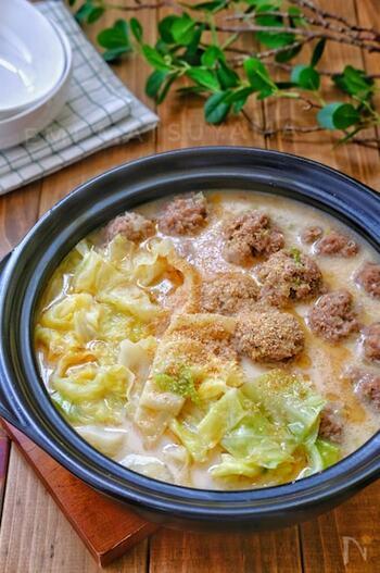 キャベツをたっぷりと摂取できる鍋レシピ。 最後に牛乳を加えることで、濃厚な豚骨風スープに仕上げています。ジューシーな肉団子と甘みのあるキャベツを交互に食べていると、お箸がどんどん進みそう♪きのこ類や豆腐を入れてボリュームアップしたり、締めでラーメンを食べたりするのも楽しそう。