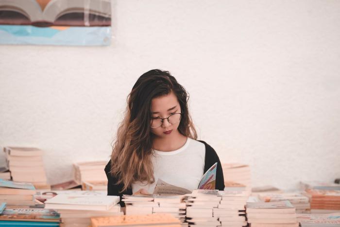 純文学は、エンターテイメント性よりも芸術性が重要視されているため「面白くないんじゃない?」と最初は思うかもしれません。  しかし、人間の心理について深く描かれているからこそ、読者の心を強く捉え、時代を超えて長く愛されるという側面もあります。