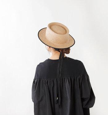 """長めのリボンでトレンド感をプラスした、「chisaki(チサキ)」のストローハット""""CYEROM(シャロン)""""。リボンは垂らしたり、結んだり気分によってアレンジを楽しめます。帽子のトップのデザインや、フチのパイピングが大人に似合います。前後を迷わず被れるよう内側に刺繍がしてあったり、サイズ調整のアジャスターに工夫があったり、帽子の内側にも小さなやさしさが盛り込まれています。"""