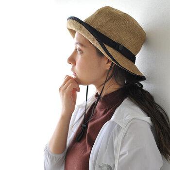 """アウトドアブランドの「THE NORTH FACE(ザノースフェイス)」から発売されている麦わら帽子""""HIKE Hat(ハイクハット)""""。一見麦わら帽子に見えますが、実はポリエステルを使用しています。汚れに強く、汚れても洗える素材なのでレジャーシーンでも安心です。顎ひもがあることで風に飛ばされる心配もなく、不要な時は首にかけても◎。折りたたんでバッグの中にしまうこともできるので、1つ持っておくと心強いアイテムです。"""