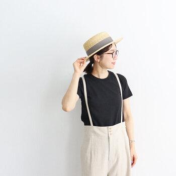 エプロンを中心にデザインしている「NAPRON(ナプロン)」が作った、つばが広めのカンカン帽。リボンのカラーによって雰囲気がガラッと変わるので、自分にぴったりのカラーを見つけて。太陽の光に当たることで、だんだんとあめ色に変化するそう。どんな色に育つのか楽しみになりますよね。