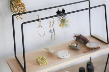 上段のバーにはピアスやイヤリングを引っ掛けることができます。時計やアクセサリーを飾って見せる収納を楽しんで♪