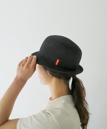 丁寧な手作業と木型ならではの、キレイなシルエットが特徴の「凹凸 bocodeco(ボコデコ)」は2014年にスタートしたブランドです。今年よく目にする麻素材を使用し、夏でも快適なかぶり心地に。コロンとコンパクトなシルエットが女性らしさを引き出してくれますよ。ブラックのカラーにオレンジのラインがチャーミングさをプラスしてくれます。