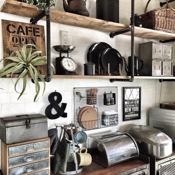 黒にペイントすることで、インテリアにしっくりと馴染んでいますね。キッチンならカラトリーや鍋敷き、調味料を収納できます。