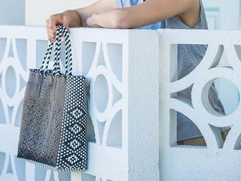 夏はやっぱり涼し気な素材のバッグを選びたいもの。こちらは、軽いプラスチック製のバンドを編み込んだデザイン。黒と白が織りなす模様が素敵♪A4サイズが入るほどよい大きさは、ショッピングやレジャーに大活躍してくれそうです。