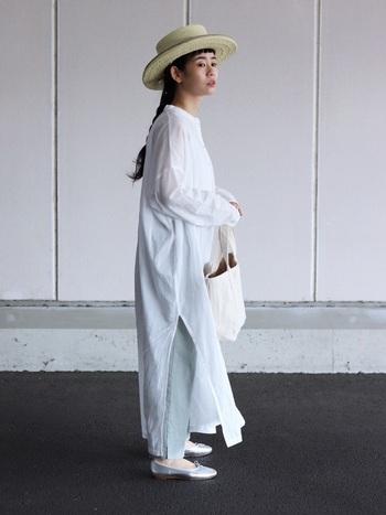 淡いカラーでまとめたコーデに、麦わら帽子が季節感をプラス。帽子とテープのカラーが同系色なので、自然とコーデになじみます。後ろでラフにまとめた三つ編みがナチュラルコーデの気分を上げてくれますよ。