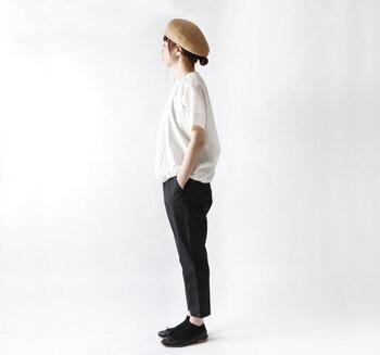 ベレー帽の形をした、ペーパー素材の帽子を合わせたコーデです。帽子のシンプルなデザインを生かすため、他はモノトーンでまとめています。ベレー帽ならではのかわいらしさで、シンプルなコーデもカジュアルなコーデも、上品になりますよ。