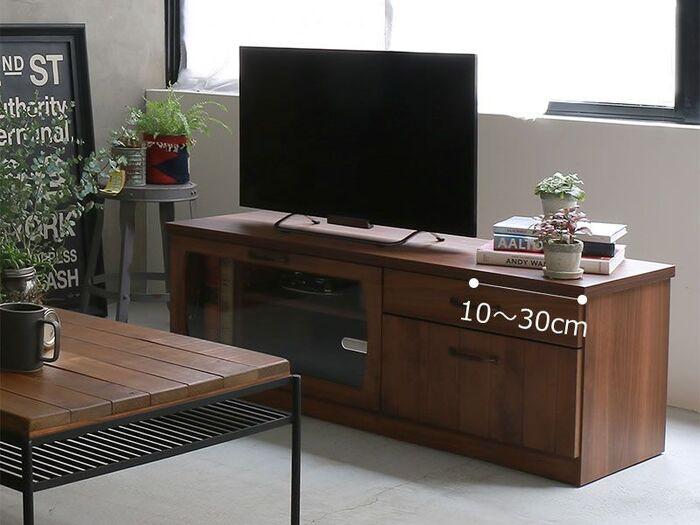 テレビ台の幅は、目安としてテレビの横幅より10~30㎝大きいものがおすすめ。  テレビに対して幅が小さいもの、ピッタリのテレビボードは不安定に見えてしまいます。また、テレビにぶつかった際など転落の原因にもなるので、大きめのサイズが安定感があり、見た目のバランスもいいでしょう。 また、横にスペースがあることで、スピーカーやオブジェを置けるので、自分好みに飾り付けることもできます。