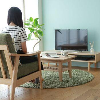 テレビを見やすいテレビ台の高さは、テレビの中心を見たときに少し視線が低くなる高さが目安です。  あまり視線が高すぎると肩や首に力が入ってしまい肩こりの原因にもなります。 長時間テレビを見ても疲れない高さがベストです◎  テレビを見る場所がソファーや床からなど観る場所によって視線の高さが異なってくるので、生活様式から最適な高さを考えてみてくださいね。
