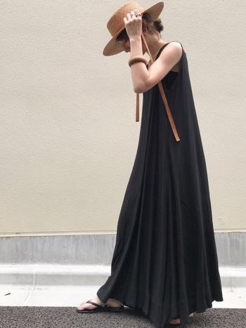 長めのリボンでトレンド感をプラス。全体がブラックのワントーンコーデに麦わら帽子が映えます。リボンの色をブラウンにすることで、長めの丈の服やブラックと合わせても軽い印象に。トレンドのデザインは、手軽にコーデをアップデートできるのでおすすめです。