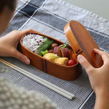 日本伝統工芸品のひとつとして、幅広い世代から人気の「曲げわっぱ」。こちらのランチボックスは木の弱点ともいえる湿気から守るために、漆またはウレタンが塗られているので、使用後は中性洗剤でサッと洗えるのがポイントです。ご飯粒がくっついたり、油がしみ込んだりすることもなく、快適におしゃれな曲げわっぱ弁当を楽しむことができます。