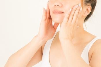 洗顔後、化粧水を肌になじませたら美容液・乳液をしっかりと浸透させましょう。肌の奥に届けるイメージで、優しく手のひらで押さえながらつけるのがポイント。コットンを使う場合も、しっかり肌の内側に入れ込むようにつけていきましょう。