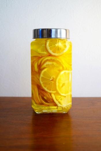 甘めのレモンサワーが飲みたいときは、自家製レモンシロップを使うのがおすすめ。グラニュー糖をベースにはちみつをプラスして、コクのあるレモンシロップに仕上げています。