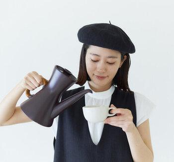 透け感があり、暑い季節も涼し気に被れるベレー帽。独特の風合いは、細い和紙の糸で編み立てているから。カラーはブラックとホワイトの2色展開。どちらをチョイスしても、シックなモノトーンコーデがサマになりますよ。