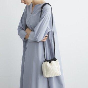 女性らしいコーデの日に持ちたいドローストリングバッグです。間口が大きく開く巾着型なので、荷物の出し入れがラク。清涼感のある素材で、夏のおめかしスタイルにも◎