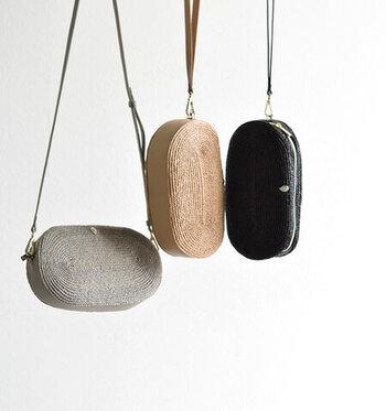 「HELEN KAMINSKI」のミニバッグは、クラッチorショルダーとして使える2WAY仕様。バッグのサイドと底にはレザーが使用された、ナチュラルで高級感のある雰囲気です。コーデに涼し気なアクセントを添えてくれますよ♪