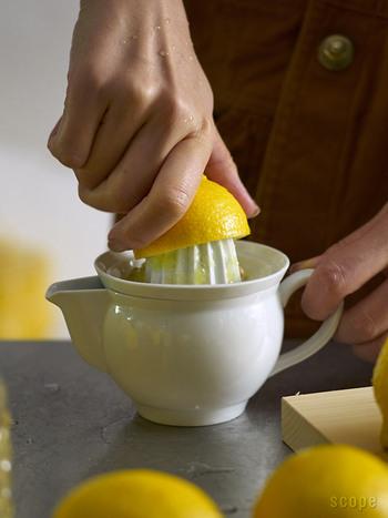 飲み屋さんでもお馴染みの生搾りレモンサワーの作り方です。  1.グラスに氷をたっぷり入れる 2.甲類焼酎をグラスの1/3ほどまで入れる 3.炭酸水をゆっくり注ぐ 4.レモンをぎゅっと絞って、たっぷりのレモンを浮かべれば完成