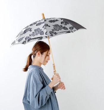 ジャガード生地を使った晴雨兼用傘は、エレガントな印象。ハンドル部分についたゴールドのチェーンが高級感のある雰囲気です。紫外線遮蔽率は90%以上、撥水性と耐水性にも優れているので、夏は天気に関わらず毎日持ち歩きたいですね。
