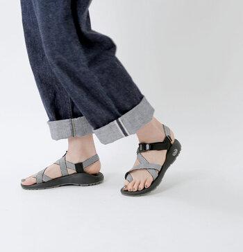 スポーツサンダルの代名詞とも言える「Chaco」。密度の違う2種類の素材をフットベッドに使い、軽い履き心地でぐんぐん歩けるサンダルです。クロスデザインがフィットし、軽量のオリジナルのアウトソールはグリップ力も抜群です!