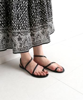 ギリシャの老舗ブランド「NICOLAS LAINAS」のサンダルは、手作業で丁寧に仕上げた高いクオリティが魅力。華奢なデザインながらもしっかりとしたホールド感があり、履くほどに革が馴染んでいきます。柄物のスカートやワンピースに、さらりと合わせたいですね。
