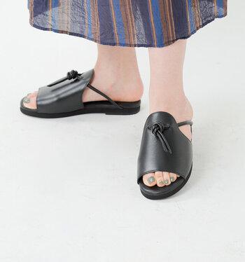 甲の結び目がアクセントになったレザーサンダル。深めのアッパーなので安定感があり、リラックスした履き心地。紐を結び直すことでサイズ調整も可能です。引き締めカラーのブラックと爽やかなホワイトもあります。