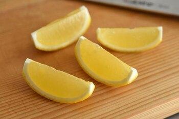 上でご説明した1~3のステップ・・・  1.グラスに氷をたっぷり入れる 2.甲類焼酎をグラスの1/3ほどまで入れる 3.炭酸水をゆっくり注ぐ という手順は同じです。  ただし、レモンは絞らず、「くし切りにして、そのまま入れる」ようにしてみてはいかがでしょう。映えるレモンサワーに早変わり*