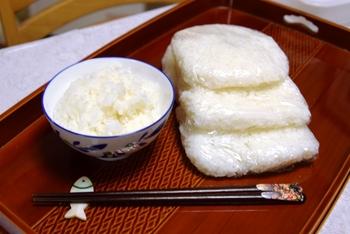 ご飯は、炊き上がったらすぐに湯気ごとラップで包み、粗熱がとれたら、冷凍庫に保存しましょう◎ 水分を閉じ込めることで、解凍後もふっくらとしたご飯を味わえます。  冷凍と解凍を均一に行うため、平たくして少しずつ(目安は茶碗1杯)包むのがベターです。