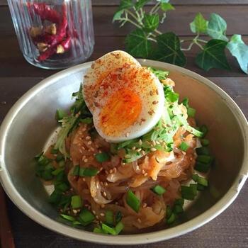 ピリ辛で汗をかきつついただきたい、韓国生まれのビビン麺。麺を糸こんにゃくにすることでカロリーダウンできます◎。  味付けは焼肉のたれとキムチの素なので、簡単に作れますよ。切り干し大根を入れることで栄養価も上がり、食感もしっかりか見応えが出るので、まさにダイエットにぴったりのレシピです。夏のランチにオススメ。