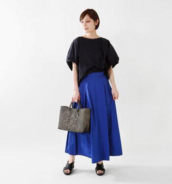 黒×青いスカートコーデなら、きりりと引き締まったカッコいい大人の女性を表現できます。トップスとサンダルを黒で合わせることで、鮮やかな青い色味が際立っています。テロンとやわらかい素材のトップスをすこしだけフロントインして、ウエストラインをきれいに見せています。