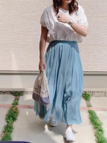 マキシ丈のリネンスカートは、シンプルなデザインでトップスを選びません。穏やかな青空のような優しい色味で、パステルトーンコーデにぴったりですね。シャイニーカラーのブレスレットをアレンジして、コーデの質感をワンランクアップ。カジュアルな中にも凛とした大人の雰囲気が漂います。