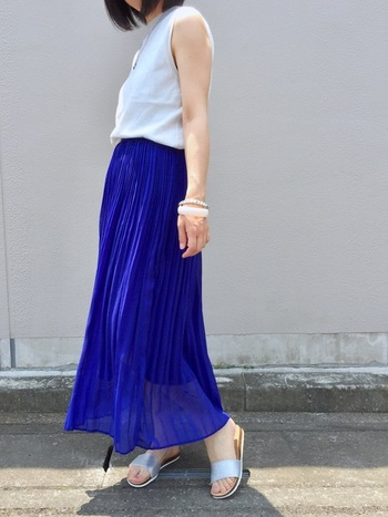 白×青は定番中の定番ともいえるカラーコーデですよね。足元にはシルバーのサンダルを合わせて、上品さをプラス。青にシャイニーカラーをアレンジすると、こなれ感がぐっと上がります。