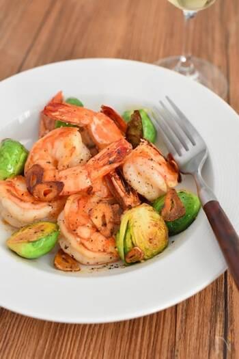 ガーリックバター風味で、ワインにもよく合うバル風のおつまみに。ディナーの前菜としても楽しめそうな、おしゃれで贅沢なひと皿になります。