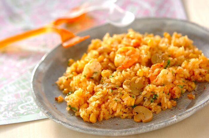定番洋食のひとつ、エビピラフ。具材を炒めたら、あとは炊飯器におまかせです。エビは、片栗粉を使って下処理をすることで、くさみのないぷりっとおいしく仕上がります。