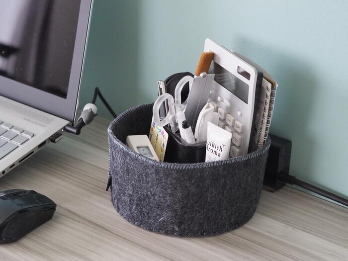 文具など細々としたモノが散らばりやすいデスク上は、お気に入りの小物入れをひとつ用意しておくとすっきりと保ちやすくなります。ペンや電卓だけでなく、ハンドクリームなどもこちらへ。リビングになじむお好みのデザインを探してみてください。