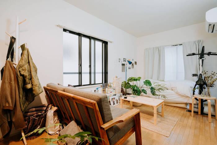 ベッドとソファを向かい合わせで配置し、真ん中にテーブルを置いたレイアウト。ベッドをソファ代わりにしたり、ソファベッドを使ったりすれば、お客さんを招待することもできそうですね。ワンルーム・1Kのお部屋でも実践できるレイアウトです。