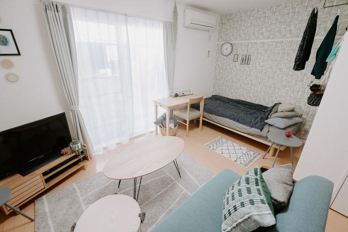 お部屋にゆとりがある時は、空間を分けて使ってみても◎ソファはテレビやテーブルと一緒にリビング・ダイニングスペースへ。ベッドとデスクを置いた寝室スペースとは、通路で区切ってあります。生活空間を分けて使えるのはメリハリも出ていいですね。