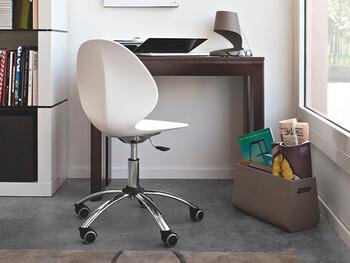 長時間のデスクワークで負担がかかるのは背中や腰。少しの時間ならダイニングの椅子やソファでも作業できますが、本格的に仕事をするならオフィスチェアを用意したいですね。
