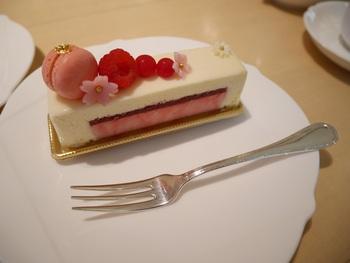 氷川神社の境内「氷川会館」1階にある「むすび cafe」。こちらの料理やお菓子の材料の一部は、神様にお供えしてから作り始められるのだとか。人気のケーキはもちろん、フレンチや和食のほか、おむすびとお汁などがセットになった「結び膳」もおすすめです。