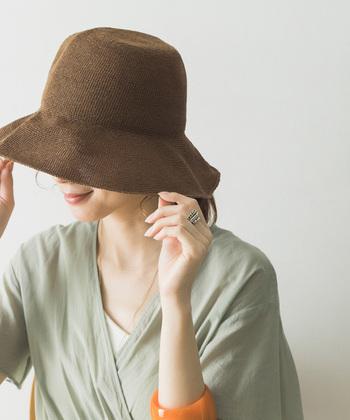 トレンドアイテムが揃う「URBAN RESEARCH(アーバンリサーチ)」のペーパーハットは柔らかい素材感が特徴。つばが広く、麦わら帽子の定番のリボンがないことで、より大人に似合うデザインに。シンプルでコーディネートの邪魔をしないので、どんなシーンにもよく合います。小さく折りたたむことができ、機能面でも満足できるアイテムです。