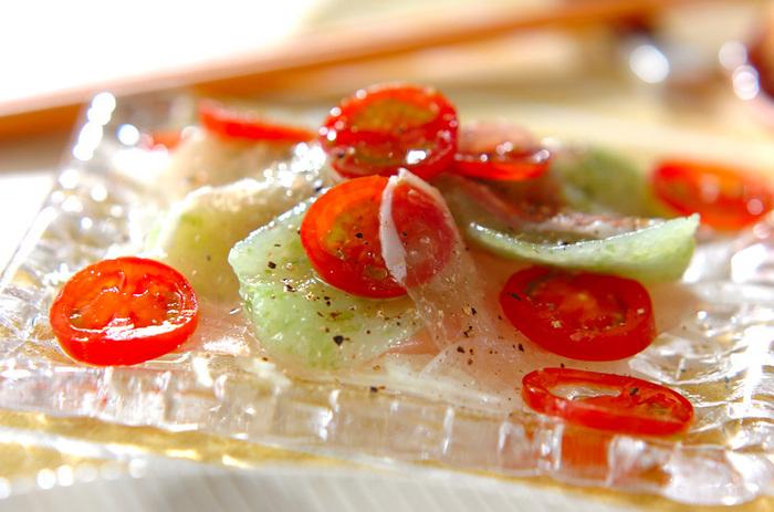 とっても便利な「刺身こんにゃく」。すでに切れているのでお皿に並べてドレッシングをかけるだけ。暑い夏は食欲も、お料理する気もなくなりがちですが、これならパパッと作れます!夏の定番にしたいレシピです。