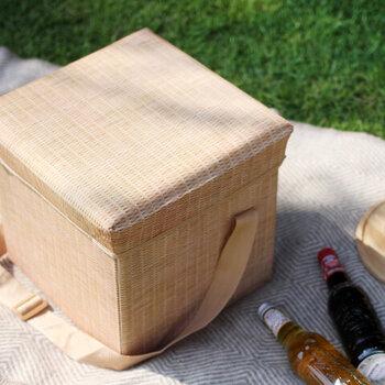 おしゃれなバスケットのように見えるこちらは、なんと「保冷バッグ」。 大容量なので、食材やドリンクもたっぷり収納できるほか、フタ部分がクッションになっているのでチェアーとしても使うことができます。