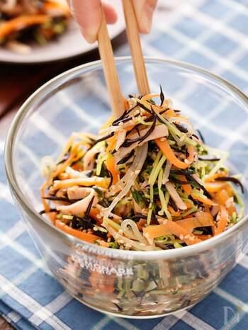 糸こんにゃくにヒジキにカイワレなど具沢山で食べ応えのあるヘルシーデトックスサラダ。作り置きも可能なので小腹が空いた時などにもオススメです。