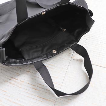 内側にはファスナー付きのポケットがい付いていて、開口部はスナップボタンで留める仕組みです。ショルダーの長さは変えられるから、斜め掛けもOKです。